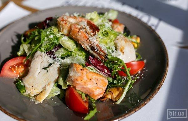 Салат по-средиземноморски (микс салатов с обжаренными в чесночном соусе морепродуктами) - 300 гр, 113 грн