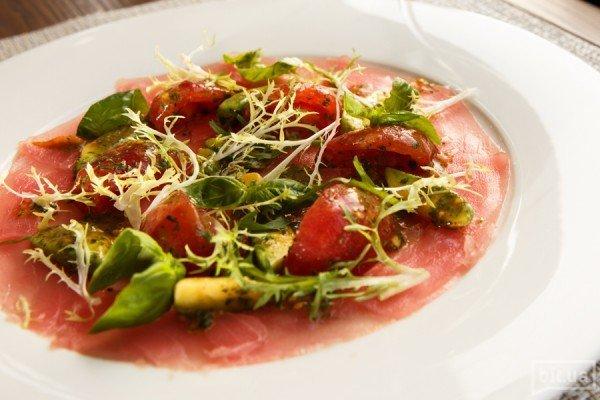 Карпаччо из тунца с авокадо и томатами - 240 грн