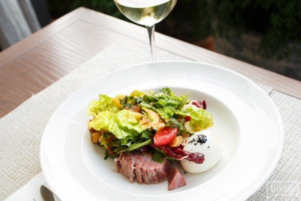 Салат с тунцом, печеным картофелем и яйцом пашот - 230 грн