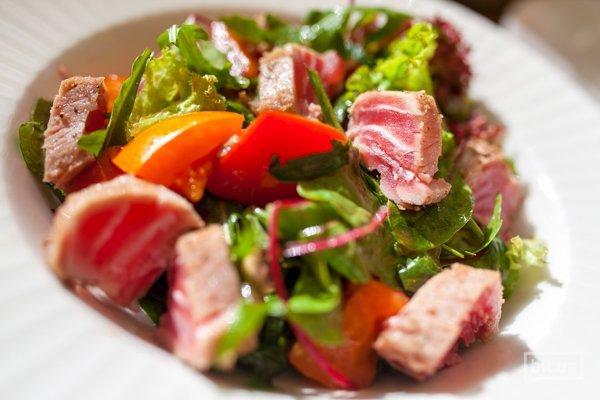 Салат с жаренным тунцом и листьями салата - 250гр, 265 грн