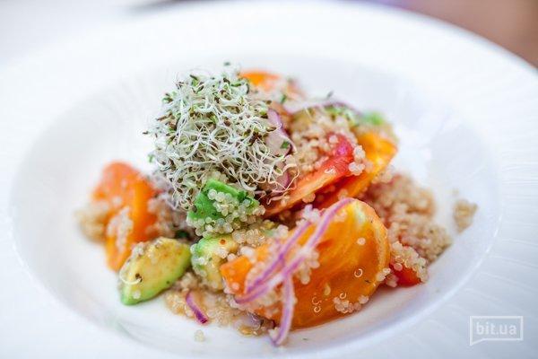 Салат из сочных томатов, авокадо и киноа  - 190гр, 105грн