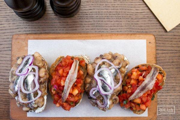 Брускетты с томатами и анчоусами - 180гр, 73грн Брускетты с фасолью и средиземноморской сардиной - 210гр, 115 грн