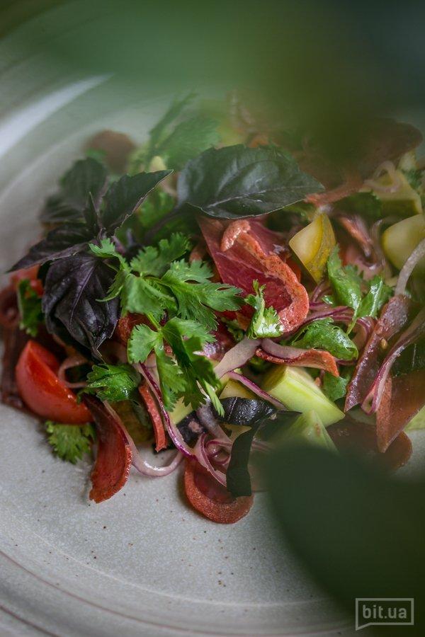 Салат по-кавказски с бастурмой - 88 грн