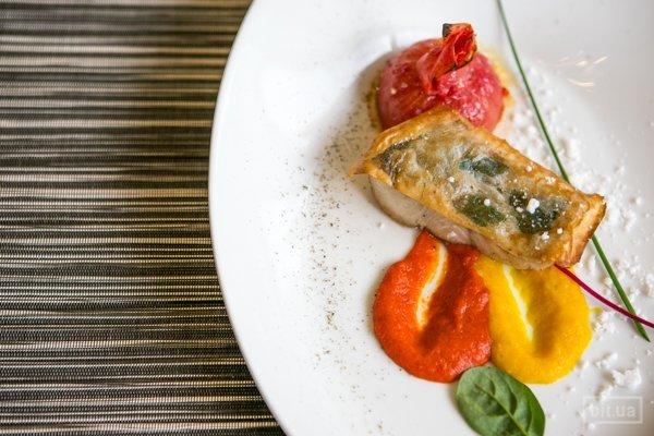 Филе судака с тестом харумаки, перечным муссом и пудрой из бекона