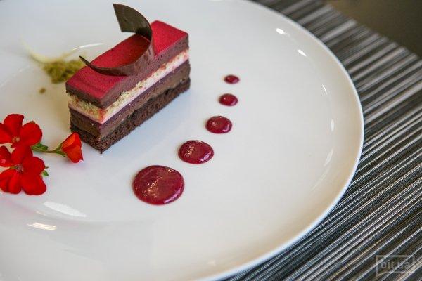 Малиново-фисташковый торт с шоколадно-ванильным муссом