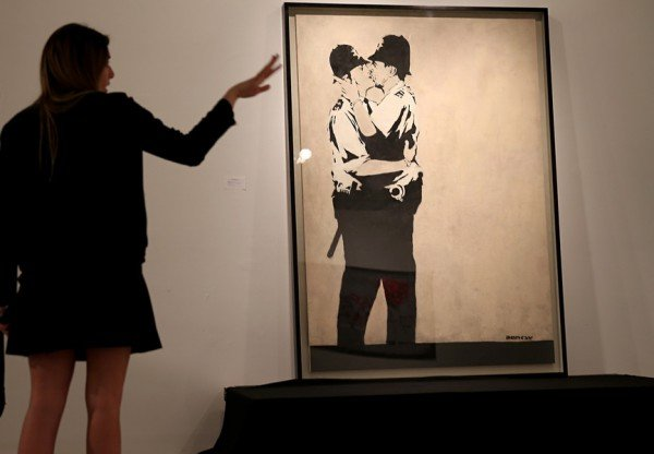 09-Banksy-Kissing-Coppers_resize