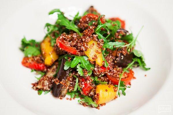 овощной салат с киноа, рукколой и баклажанами-гриль - 230 гр, 118 грн
