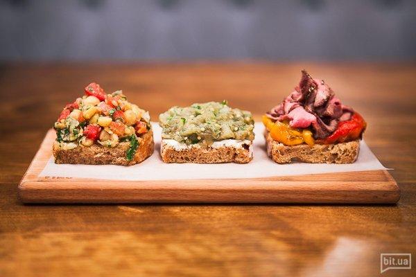 Трио брускет: с ростбифом и печеным перцем,печеным баклажаном,с нутом и свежими томатами - 150 гр, 86 грн