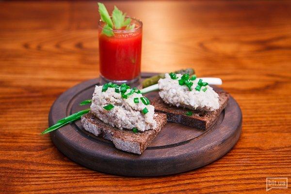 Гренка из украинского хлеба с форшмаком, соленым огурцом и домашним томатным соком - 150 р, 89 грн