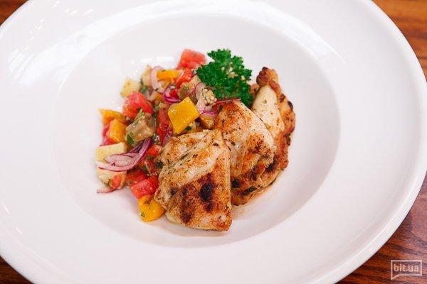 Салат с печеными овощами и домашним цыпленком - 150 гр, 145 грн
