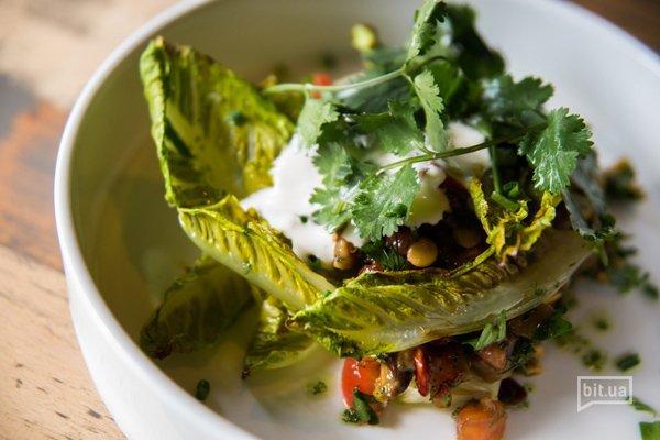 Теплый овощной салат с роменом, печеным баклажаном, вялеными томатами и чечевицей - 230 гр, 95 грн