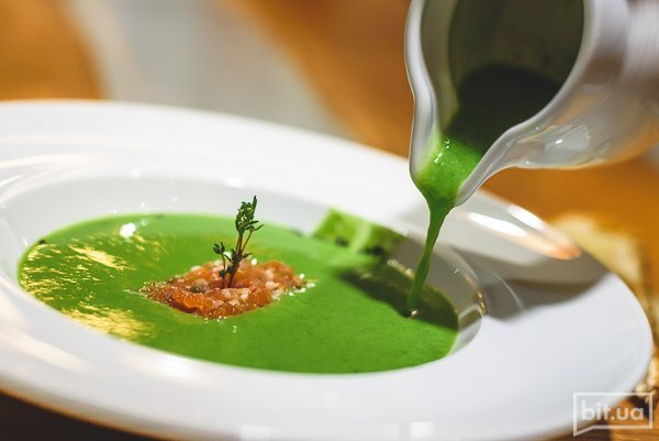 суп из зеленого горошка и шпината с тартаром из лосося - 75 грн