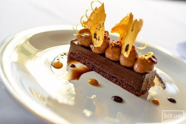 Шоколаднео ассорти Крокко-шокко с лесными орехам и соусом крем-карамель - 90 грн