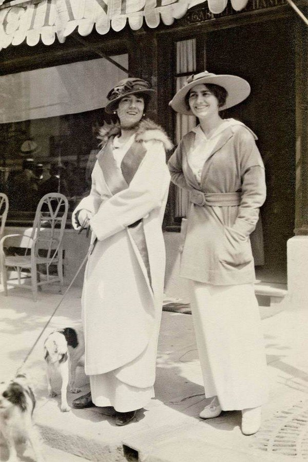 chanel-her-aunt-in-front-of-the-1st-chanel-boutique-in-1913-sohelee