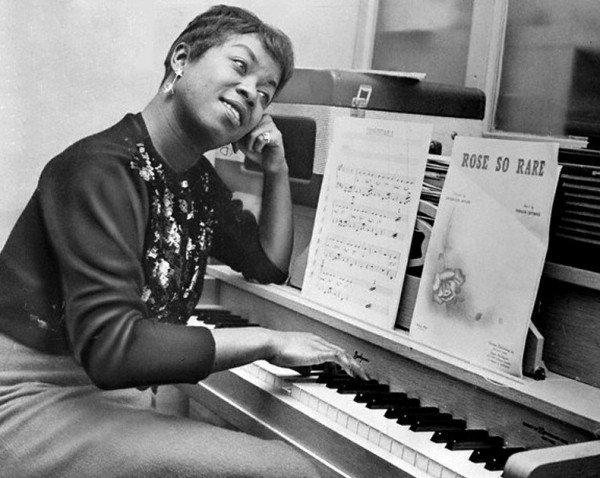 07 Apr 1958 --- Sarah Vaughan Playing Piano --- Image by © Bettmann/CORBIS