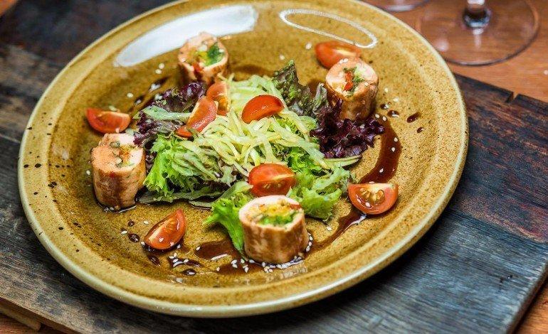 Салат в тайском стиле с рулетом из лосося -
