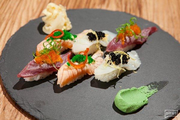 Абури суши: лосось с тобико и японским майонезом - 28 грн,  тунец с зеленым тобико и японским майонезом - 45 грн, кальмар с черным тобико и цедровым майонезом - 26 грн