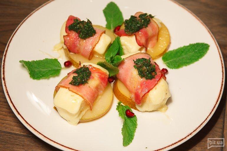 Сулугуни в беконе на картофеле -