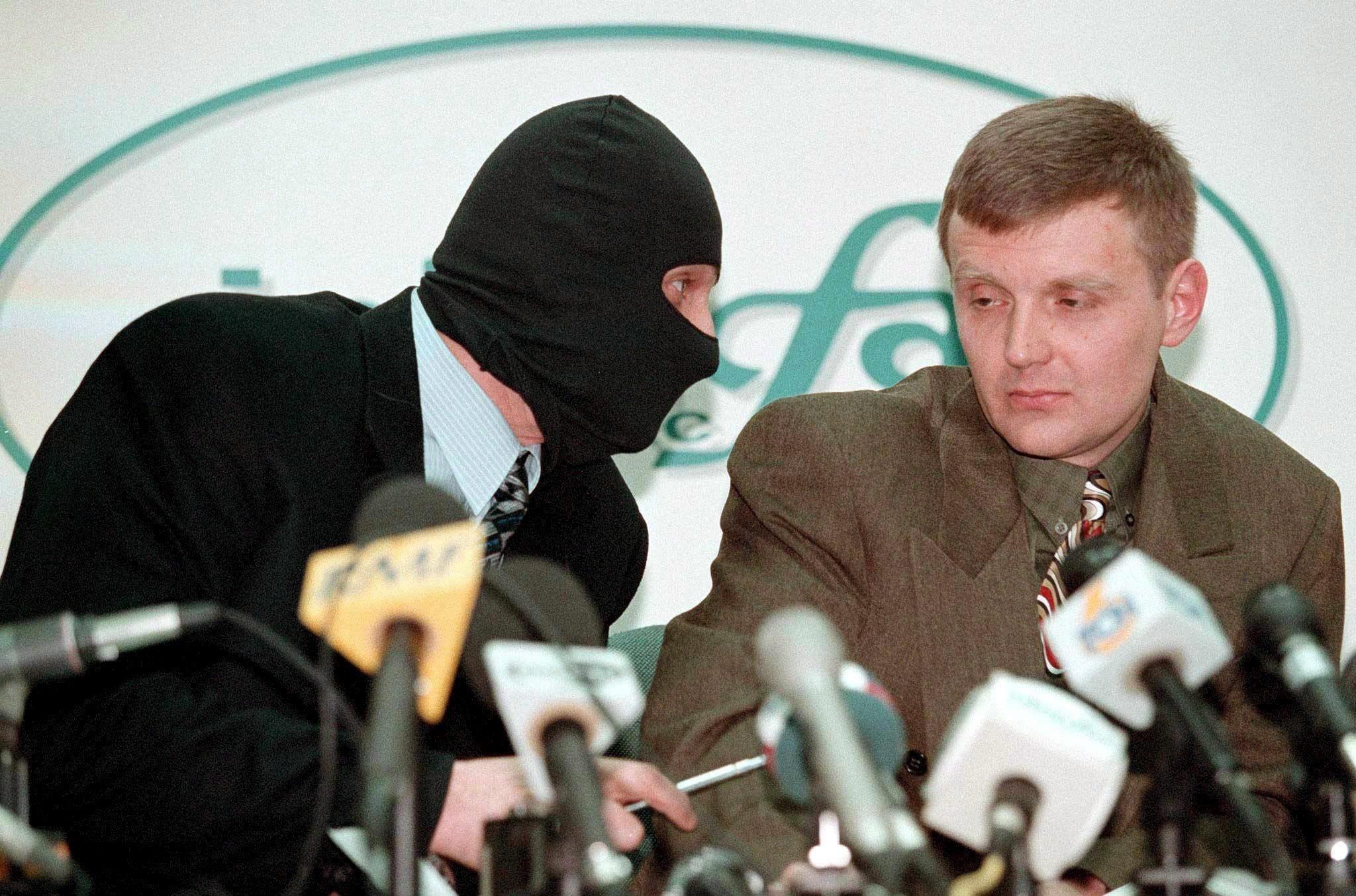 MOS13 MOSCÚ (RUSIA) 21/01/2016.- El coronel del Servicio de Seguridad Federal rusa Alexander Litvinenko (dcha) y un colega enmascarado (izq) dan una rueda de prensa en la agencia de noticias Interfax en una foto de archivo tomada el 17 de noviembre de 1998. El juez británico Robert Owen, que ha presidido la investigación pública en el Reino Unido sobre la muerte de Alexander Litvinenko, presenta hoy, 21 de enero de 2016 sus conclusiones, casi una década después del envenenamiento en Londres del exespía ruso. EFE/Sergei Kaptilkin