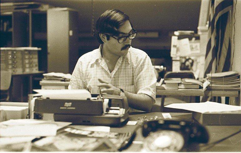 10c57ee7-9d0c-4bb2-acf6-fd63d0577588-Neil Shapiro using a typewriter