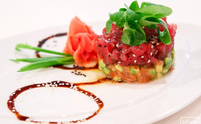 Тартар из тунца и авокадо с томатами конкассе – 395 грн