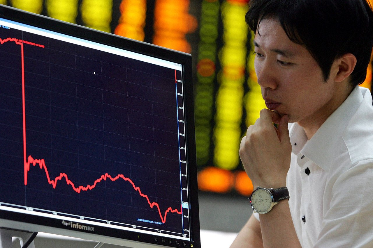 SEOUL, SOUTH KOREA - SEPTEMBER 16: A man looks at a board showing stock price index at a stock brokerage firm in Seoul September 16, 2008 in Seoul, South Korea. The Korean stock markets has plummeted following the collapse of Lehman Brothers Holdings Inc, the fourth-largest US investment bank. (Photo by Chung Sung-Jun/Getty Images)