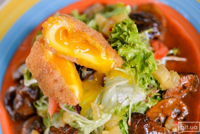 Салат с куриной печенью и яйцом пашот - 89 грн