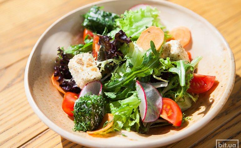 Салат со свежими овощами и сыром фетаки, 75 грн.