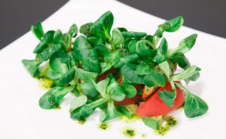 Салат с креветками, авокадо, томатами и базиликовым соусом — 218 грн
