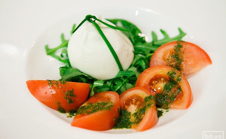 Буррата с томатами и рукколой — 238 грн