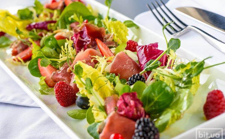 Салат VOGUE с утиной грудкой, орехами и ягодами — 390 грн