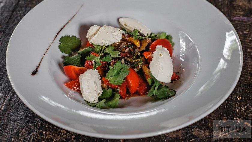 Салат из печеных овощей в тандыре с нежным сыром Надуги