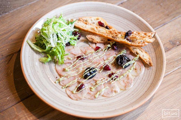 Карпаччо из форели с черносливом и соусом из маринованых огурцов, каперсов, мяты и копченного сулугуни - 164 грн