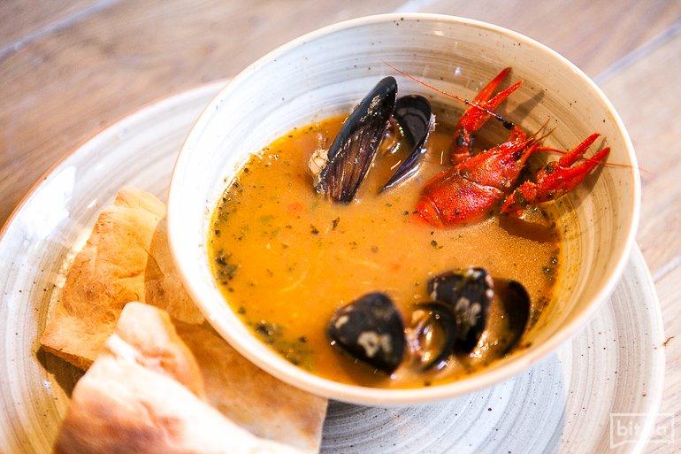 Наваристый рыбный суп из черноморских морепродуктов - мидий и раков с кусочками форели и острыми сухариками - 165 грн