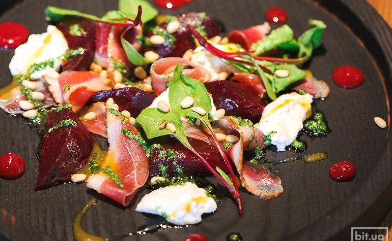 Салат из печеной свеклы,  вяленой уткой, кедровыми орехами, заправленный облепиховым соусом — 115 грн