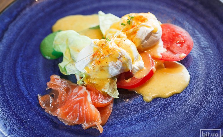 Яйца «Бенедикт» с форелью или беконом — 95 грн