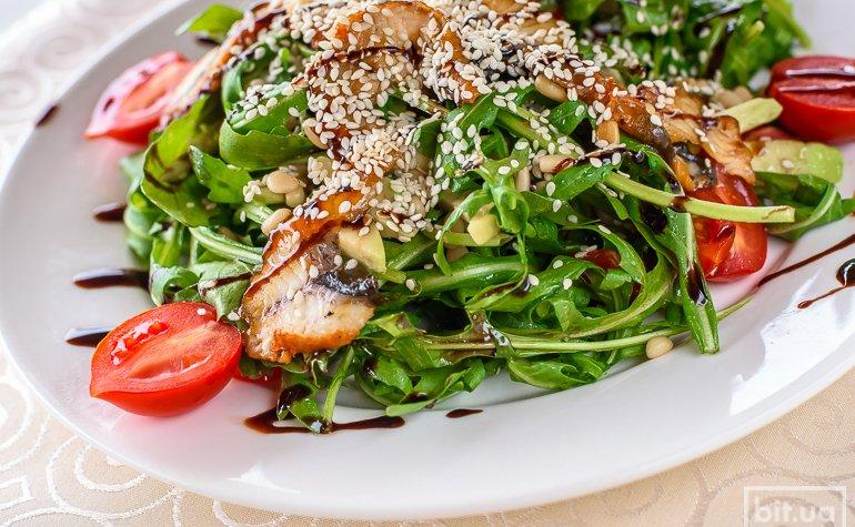 Салат с угрем и кедровыми орешками