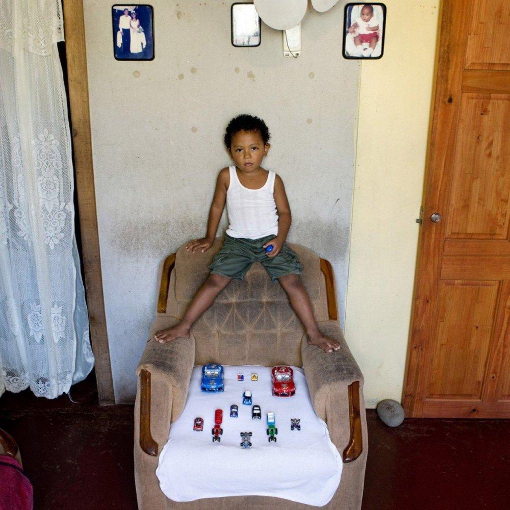 des-enfants-du-monde-entier-photographies-avec-leurs-jouets-427857