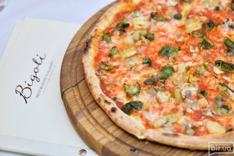 Пицца с артишоками, каперсами и лигурийскими оливками