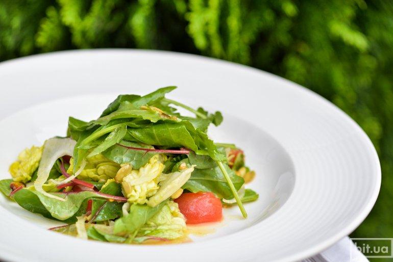 Зеленый салат с листьями молодой свеклы,шпинатом, фенхелем и тыквенными семечками