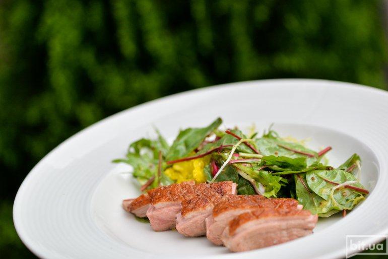 Салат с копченой уткой и зеленым миксом