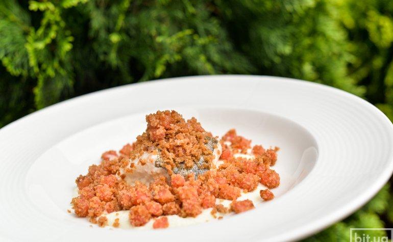 Белая треска с овощным пюре, томатами и хлебной крошкой