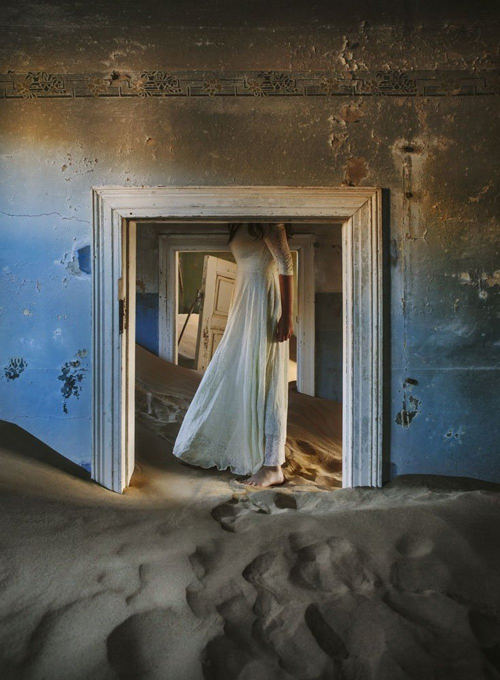 mcevoy-found-an-abandoned-home-back-in-australia-to-house-her-photography-exhibit-about-kolmanskop