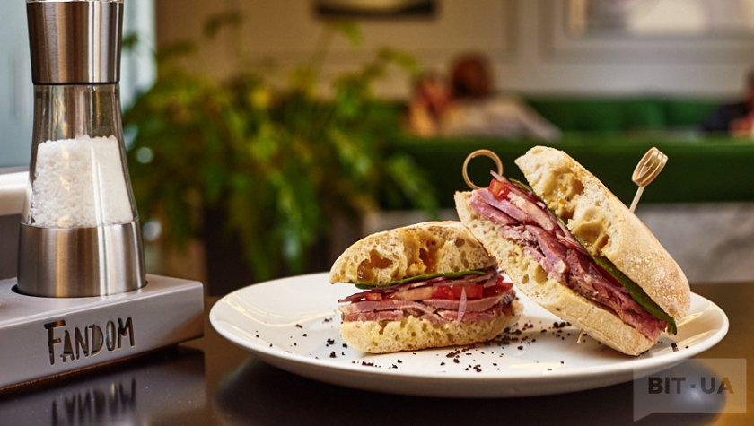 Сэндвич с пастрами, шпинатом и помидорами
