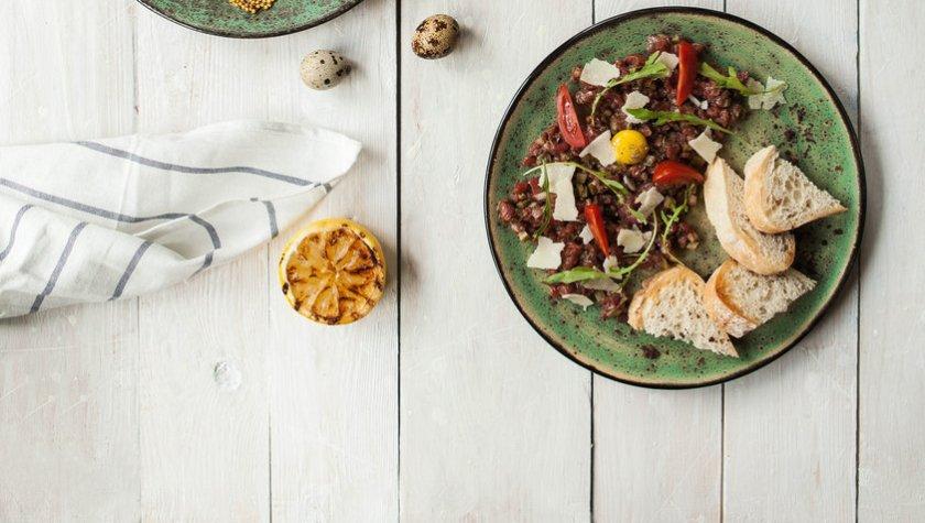 Тартар из телятины с томатами черри и пармезаном – 199 грн