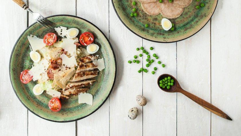 Салат «Цезарь» с куриным филе гриль и беконом – 99 грн