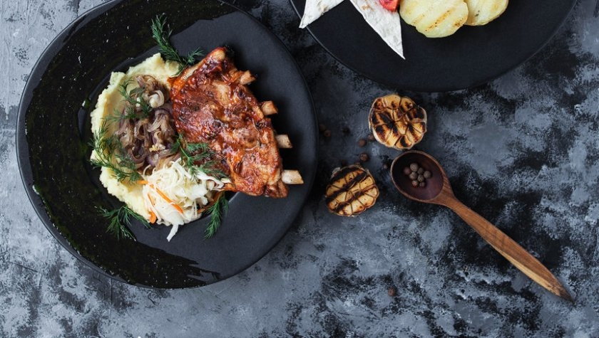 Свиные ребра барбекю с картофелем, томленым луком и зеленым маслом – 99 грн