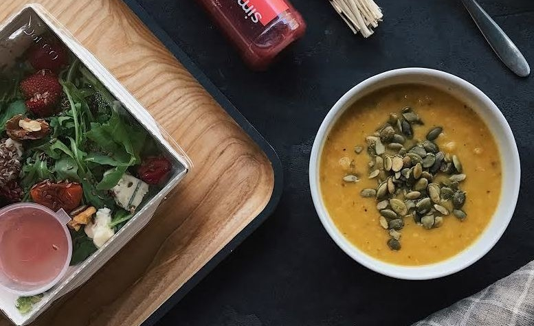 Салат с голубым сыром орехами и абрикосом – 89 грн;  кабачковый суп-пюре с тыквенными семечками – 49 грн