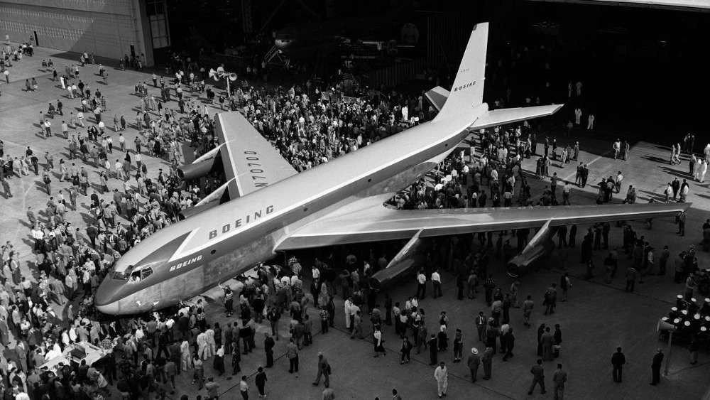 vor-allem-mit-seinem-passagiermaschinen-praegte-boeing-nach-dem-zweiten-weltkrieg-die-zivile-luftfahrt-die-boeing-707-war-eines-der-ersten-passagierflieger-mit-duesenantrieb-