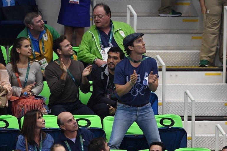 1470922694-syn-esq-1470880591-syn-elm-1470856973-matthew-mcconaughey-olympics-cheering-6